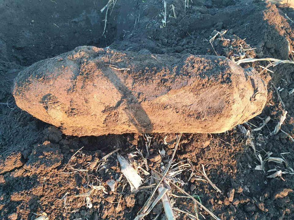 FOTO - O bombă de 50 de kg din al Doilea Război Mondial, găsită pe un câmp din țară
